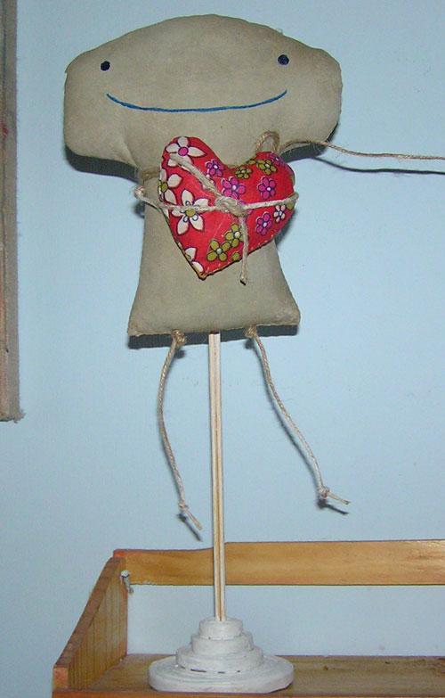 Підставка для ляльок або іншого виробу , з газетних смуг